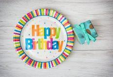 Les plaques à papier ont conçu pour la fête d'anniversaire avec le boîte-cadeau peint o Photo stock