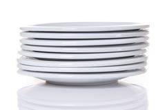 les plaques de dîner empilent le blanc Photographie stock libre de droits