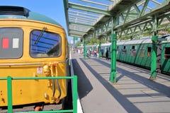 Les plates-formes à la gare ferroviaire de Swanage avec la vapeur d'héritage s'exerce image stock