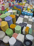 Les plats colorés et les cuvettes réglés se sont vendus en vrac au marché de bazar Photos stock