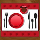 Les plats, cuillères, fourchettes, le couteau, tasse de thé ont étendu sur la table en bois Image libre de droits