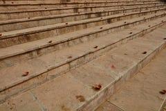 Les plats d'argile ont arrangé sur les escaliers pour la célébration de diwali dans l'Ind photo stock