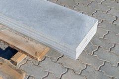Les plats de granit ont mis à l'un l'autre sur la palette en bois Image stock