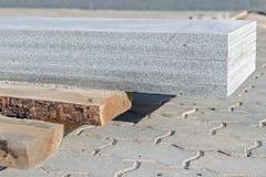Les plats de granit ont mis à l'un l'autre sur la palette en bois Photo libre de droits