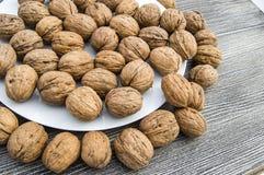 Les plats des noix et de la noix naturelles pane le plat d'A des noix sèches, les photos de noix les plus merveilleuses Photos stock