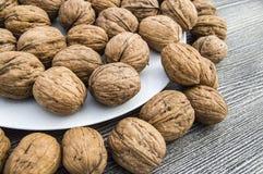 Les plats des noix et de la noix naturelles pane le plat d'A des noix sèches, les photos de noix les plus merveilleuses Photo libre de droits
