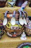 Les plats en céramique vaisselle et cruches se sont vendus sur le marché et à Kiev Photos stock