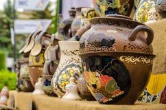 Les plats en céramique vaisselle et cruches se sont vendus sur le marché et à Kiev Image libre de droits