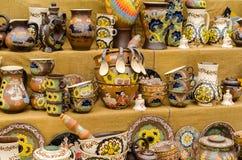 Les plats en céramique vaisselle et cruches se sont vendus sur le marché et à Kiev Image stock