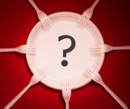 Les plats et les fourchettes en plastique jetables se trouvent sur un fond rouge photos libres de droits