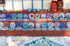 Les plats et les trépieds de Colorfull avec le turc traditionnel conçoivent photo stock