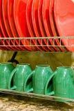 Les plats et les tasses propres se tiennent dans le dessiccateur photo stock