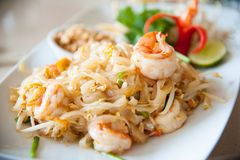 Nouilles de riz faites sauter à feu vif avec l'oeuf, le légume et la crevette (protection thaïlandaise) Photographie stock libre de droits