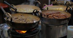 Les plats ont fait cuire dans le restaurant de rue de Bangkok, Thaïlande banque de vidéos