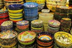 Les plats paintinted avec des fleurs à au marché grand de Bazar à Istanbul Image libre de droits