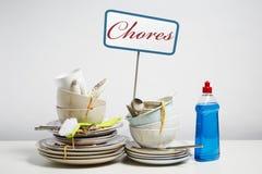 Les plats sales empilent avoir besoin du lavage sur le fond blanc Image stock