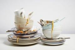 Les plats sales empilent avoir besoin du lavage sur le fond blanc image libre de droits
