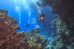 Les plongeurs explorent la caverne image libre de droits