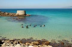 Les plongeurs s'approchent d'un emplacement exotique images libres de droits