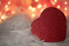 Les plumes blanches d'amour de scintillement de fond flirty rouge de coeur s'envole Photo libre de droits