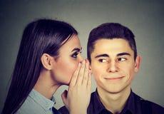 Les plus défuntes rumeurs Bavardage de écoute d'homme curieux dans l'oreille Photo libre de droits