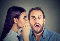 Les plus défuntes rumeurs Bavardage de écoute stupéfait d'homme dans l'oreille Photos stock