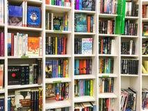 Les plus défunts romans célèbres anglais à vendre dans la librairie de bibliothèque image libre de droits