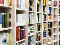 Les plus défunts romans célèbres anglais à vendre dans la librairie de bibliothèque photographie stock libre de droits