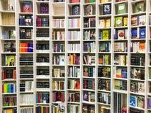 Les plus défunts romans célèbres anglais à vendre dans la librairie de bibliothèque photo stock