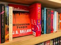 Les plus défunts romans célèbres anglais à vendre dans la librairie de bibliothèque image stock
