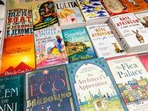 Les plus défunts romans célèbres anglais à vendre dans la librairie de bibliothèque photos stock