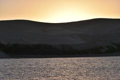 Les plus grandes dunes de sable d'Afrique du Sud près de la rivière de dimanche au coucher du soleil dans Colchester près d'Addo  photos libres de droits