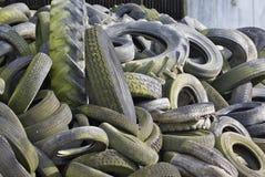 Les pneus de rebut ont empilé la haute Images libres de droits