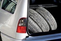 Les pneus sur le chemin à un pneu changent Photos libres de droits
