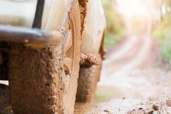 Les pneus tous terrains, voiture tous terrains sale, SUV ont couvert de boue sur le compte photos stock