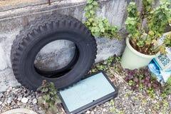 Les pneus utilisés emprisonne l'endroit de reproduction de risque d'eau de pluie pour le moustique Images stock