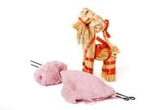 Les pointeaux de tricotage, le filé et la paille traditionnelle jouent Photos stock