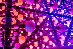 Les points abstraits de lumière, fond abstrait de technologie d'imagination, les boules de couleur claire dans un espace se sont  Photographie stock libre de droits