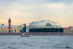 Les points de repère de l'île de Vasilievsky crachent - bâtiment rostral de bourse des valeurs de colonne et d'anciennes actions photographie stock