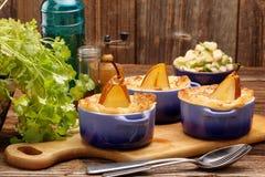 Les poires ont fait cuire au four en pâte feuilletée avec du fromage bleu et des noix Photographie stock