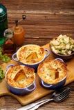 Les poires ont fait cuire au four en pâte feuilletée avec du fromage bleu et des noix Photos stock
