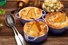 Les poires ont fait cuire au four en pâte feuilletée avec du fromage bleu et des noix Photo libre de droits