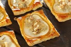 Les poires ont fait cuire au four en pâte feuilletée avec du fromage et des noix de Gorgonzola Image libre de droits