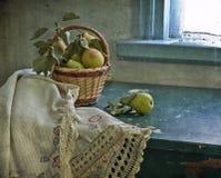 Les poires sont dans un petit panier photos libres de droits