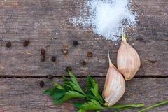 Les pois de sel et de poivre d'ail se trouvent sur un fond en bois images libres de droits