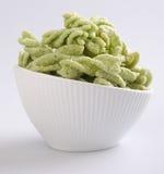 Les pois le casse-croûte, nourriture industrielle dans le blanc braillent Images stock
