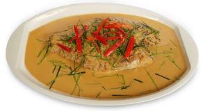 Les poissons ceignent d'un bandeau sur le plat en céramique, la nourriture thaïlandaise, image d'isolement sur le blanc images stock