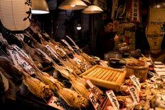 Les poissons cuits à la friteuse se tiennent au marché japonais de nourriture photo libre de droits