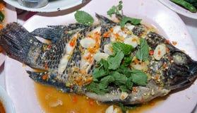 Les poissons cuits à la vapeur de Nilotica, style thaïlandais ont cuit des poissons à la vapeur en sauce épicée Photos stock