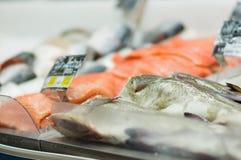 Les poissons découpés en tranches rouges frais se trouvent sur la table avec de la glace photo libre de droits